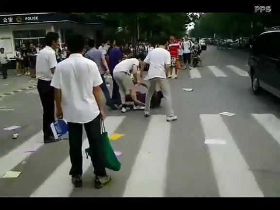 学生打架斗殴视频_中学门口学生打架 警车视而不闻 打架视频 打架斗殴