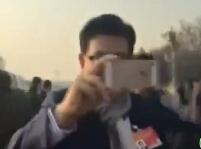 曹可凡笑称两会为崔永元干活:他会送我手机